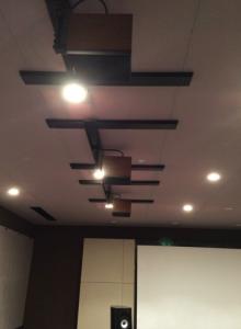 天井にスピーカーが配置されてました。